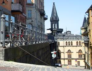 Bellmansgatans backe ner mot Pryssgränd. Mariahissen ligger i huset rakt fram.