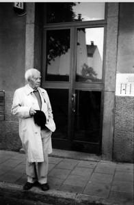 Ivar Lo-Johansson, utanför Bastugatan 21 (1986).  Foto av Ulla Montán